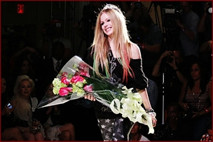 http://avrillavigne.cl/home/images/fashionweek.jpg