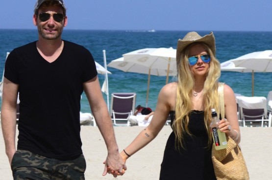 Exclusive... Avril Lavigne & Chad Kroeger Walk Hand-In-Hand On The Beach **NO INTERNET USE**